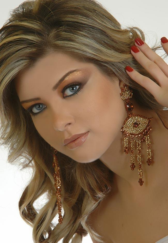 Model Arayesh Zan
